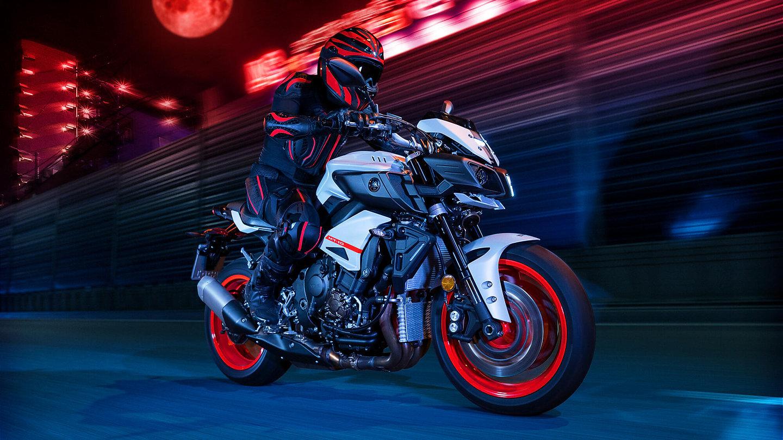 2020-Yamaha-MT10-EU-Ice_Fluo-Action-006-