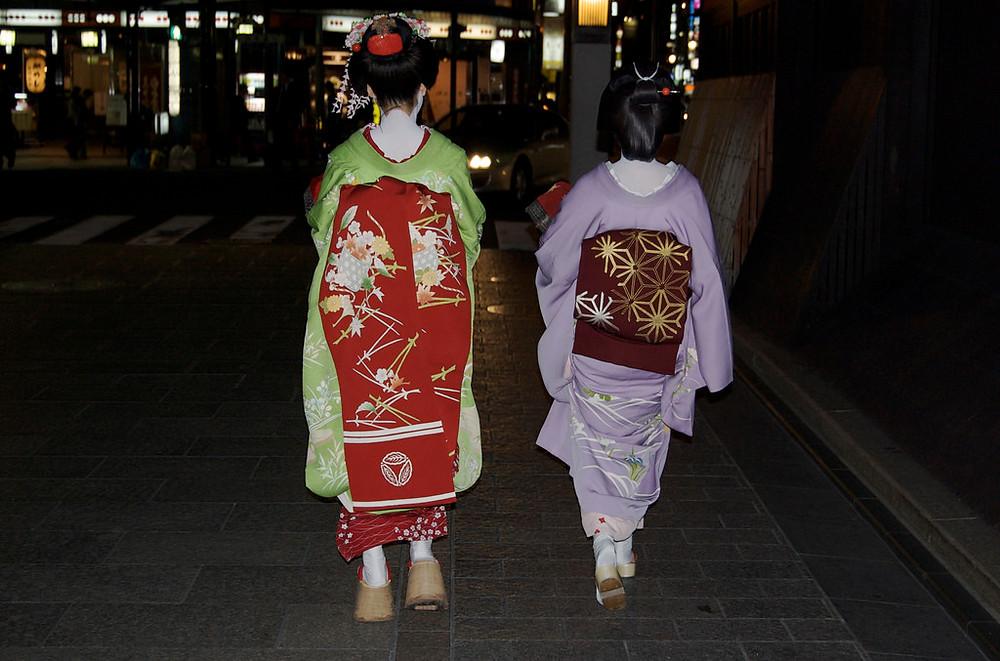 Maiko und Geisha auf dem Weg zu einer Verabredung