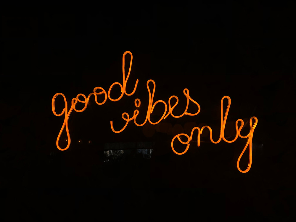 Neon sign reading 'good vibes only'