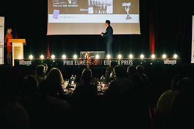 About Monday - STIB - prix Eureka - Caisson de 6m avec ampoules vintages