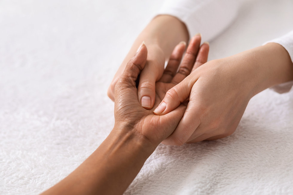 acupuncture-hand-massage-for-black-woman