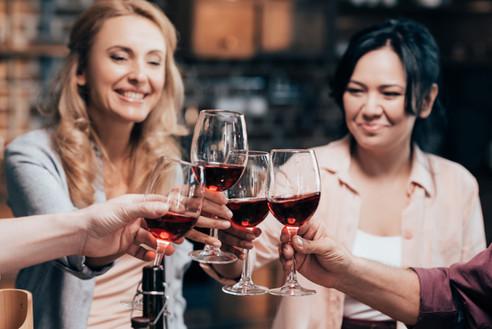 vrouwen klinken glas wijn