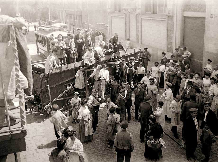 Brangulí_-_1909_-_Setmana_Tràgica,_Barricades_al_carrer_Torrent_de_l'Olla_02.jpg