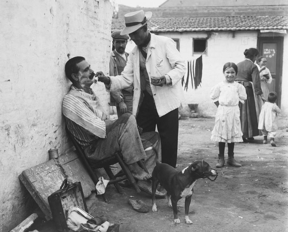 Brangulí_-_1915_-_Barber_en_el_Somorrostro.jpg