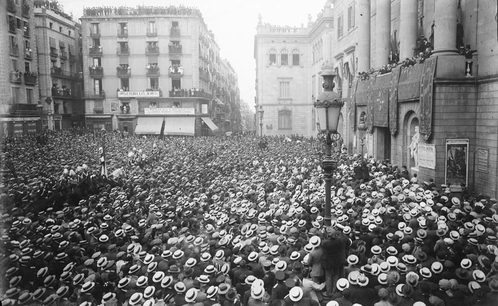 Brangulí_-_1911_-_Manifestats_a_la_Plaça_Sant_Jaume.jpg