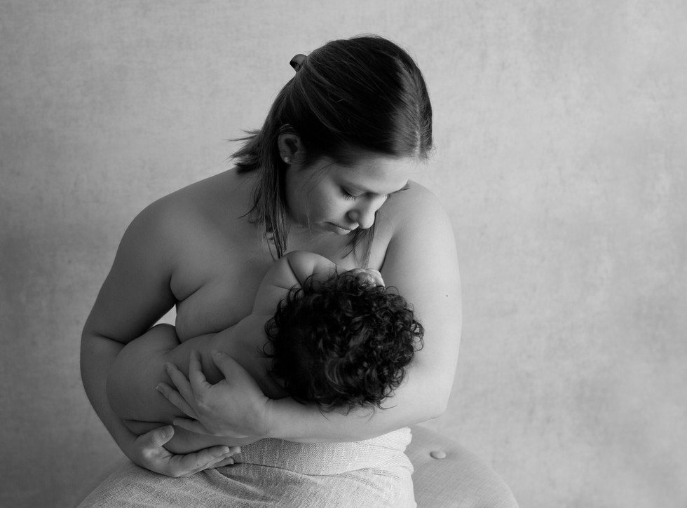 nursing breashfeeding black and white
