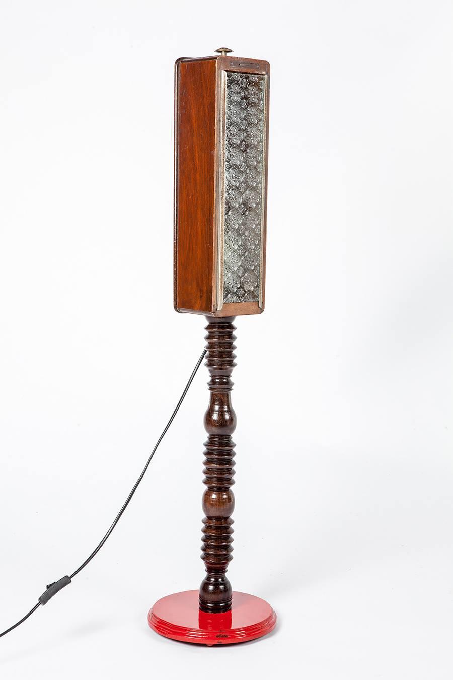 מנורה עומדת מפריטים ממוחזרים - מעצבע