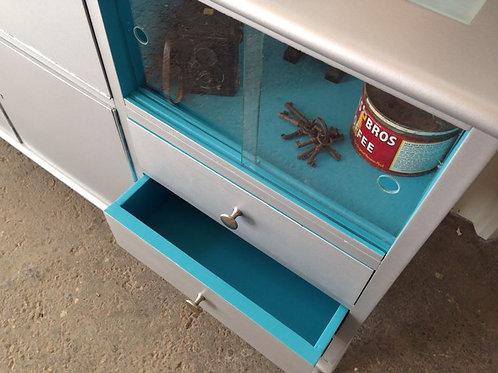 מזנון לסלון בצבע אפור עם חלון זכוכית