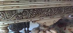 שולחן אוכל עתיק (פרט) - מעצבע
