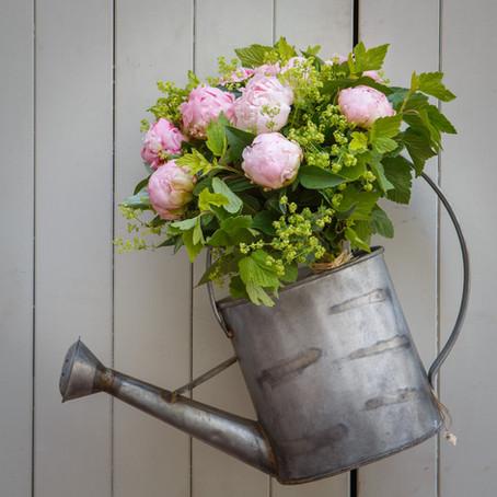 Commandez un bouquet  : la pivoine est une fleur de saison.