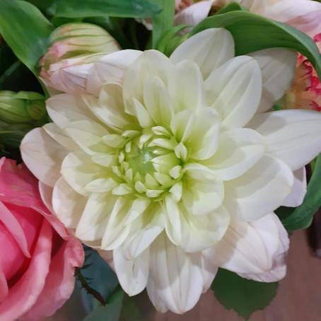 Commandez un bouquet de fleurs de saison.