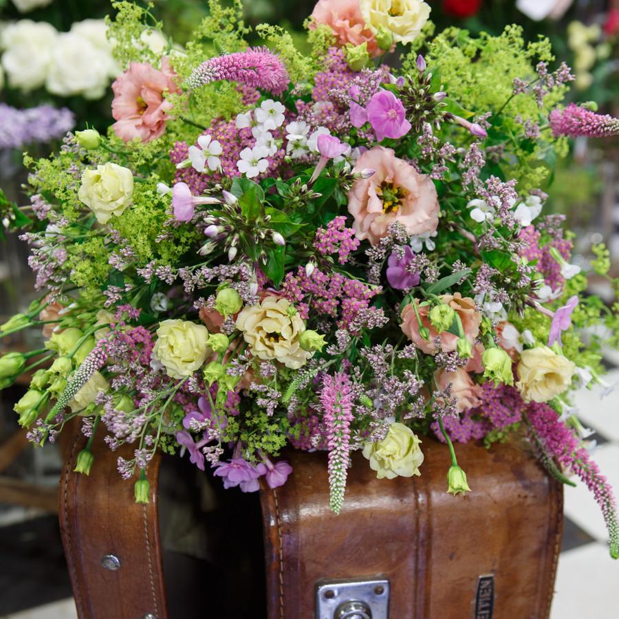 Un bouquet champêtre composé de fleurs de saisons. Créer par un artisan fleuriste.