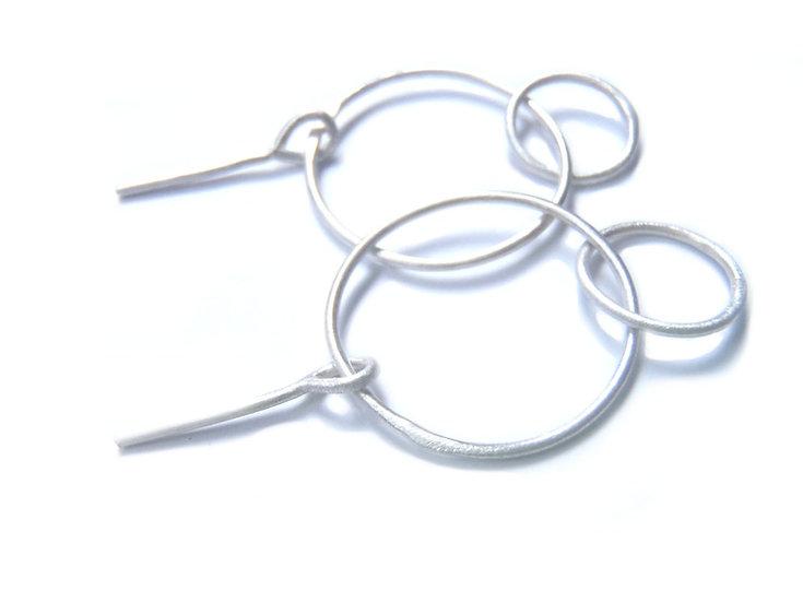 Aretes Raquel diseño minimalista en alambre de plata mate
