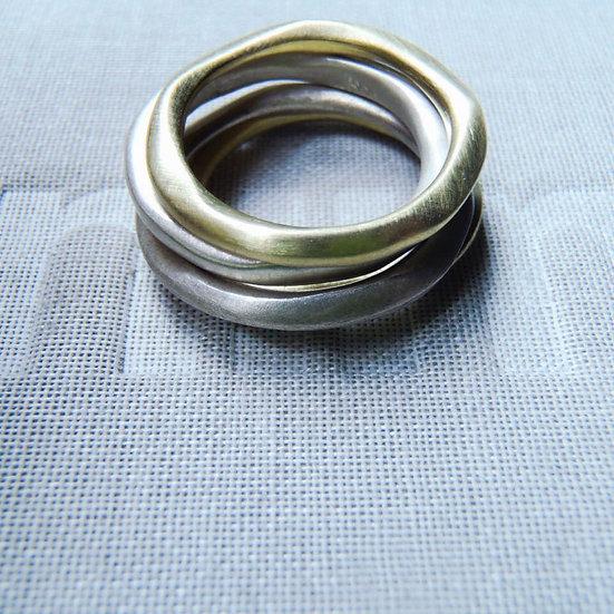 Set de 4 anillos orgánicos apilables en plata y latón mate