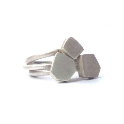 Anillo Poliedro Diamante diseño minimalista en plata reciclada mate