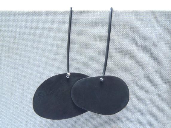 aretes asimétricos irregulares contemporáneos negros