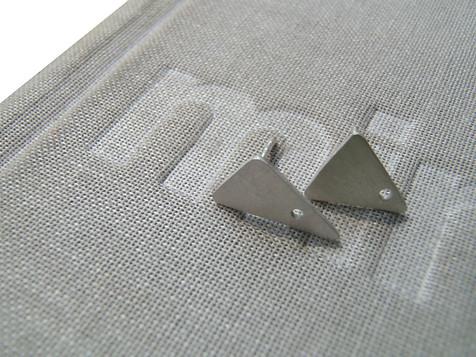 pequeños aretes tringulares perforados