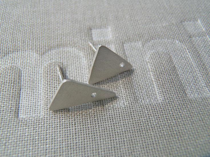 Pequeños aretes triangulares perforados!