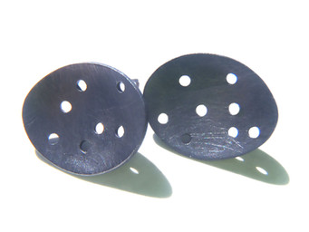 pendientes redondos cóncavos perforados pavonados