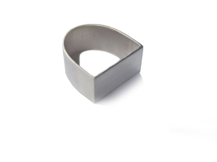 Anillo U cuadrado-redondo ancho diseño minimalista en plata mate o negra