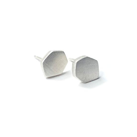 Micro aretes poligonales sólidos minimalistas hechos a mano en plata mate o negra