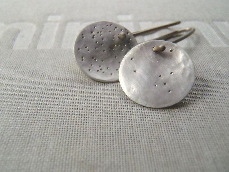 Pequeños aretes asimétricos luna en plata mate