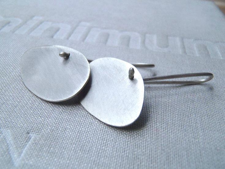 Aretes asimétricos irregulares contemporáneos en plata mate