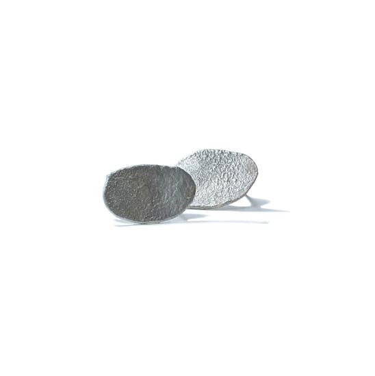 pequeños aretes ovales rústicos