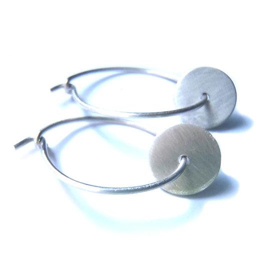 Pequeñas arracadas con disco en plata mate