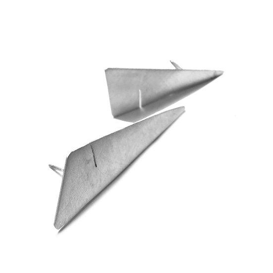Pequeños aretes ranura triangulares en plata mate