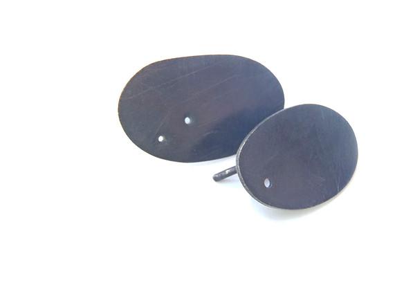 aretes ovales perforados pavonados