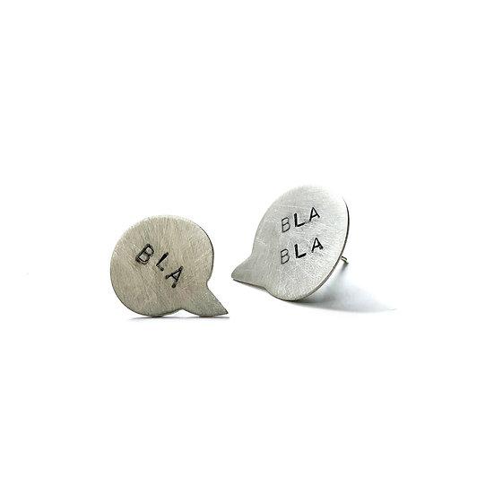 Aretes dispares bla bla bla diseño tipográfico en plata mate