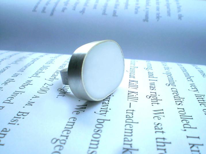 anillo óvalo resina blanco