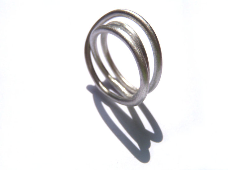 Anillo enredos minimalista unisex hecho a medida en plata mate o negra