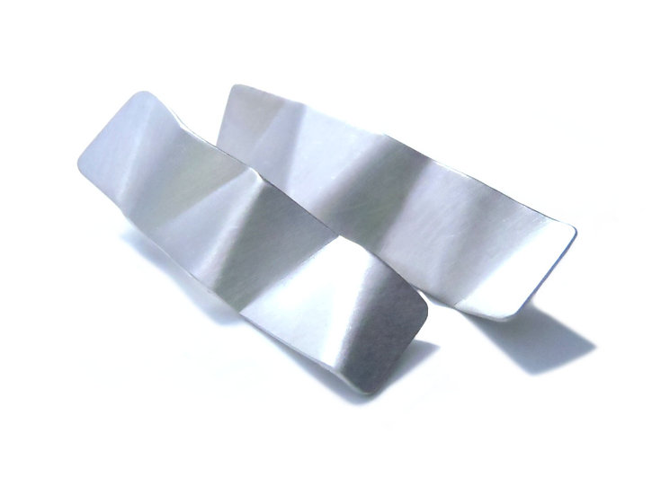 Aretes origami largos facetados de poste en plata mate