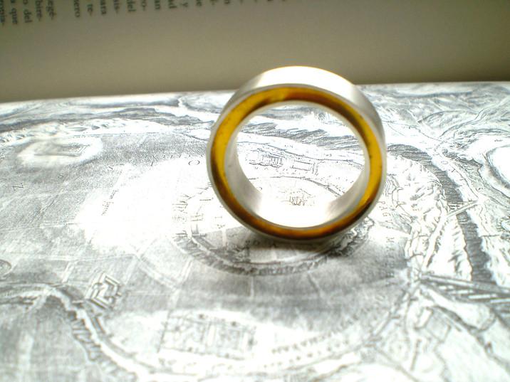 anillo concéntrico ambar