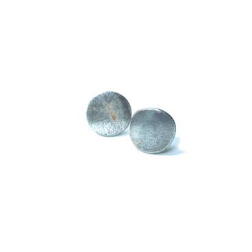 pequeños aretes circulares rústicos