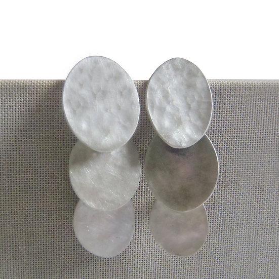 Aretes ovales texturizados en cascada en plata mate