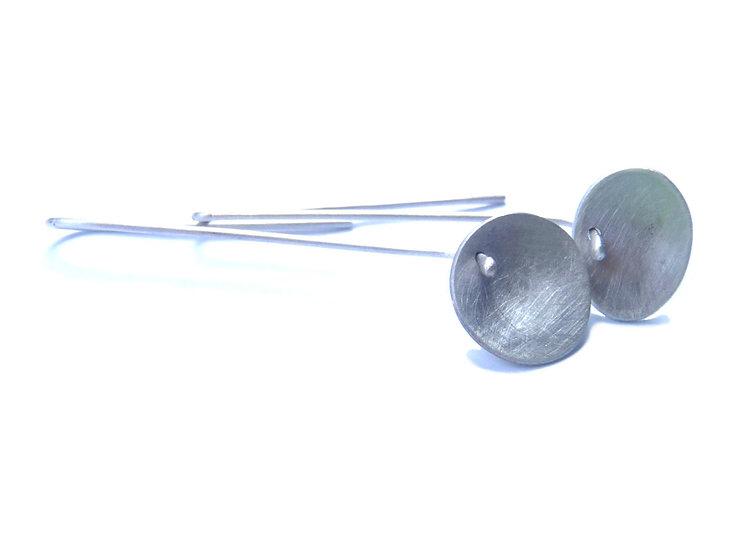 Pequeños pendientes colgantes cóncavos dispares en plata mate