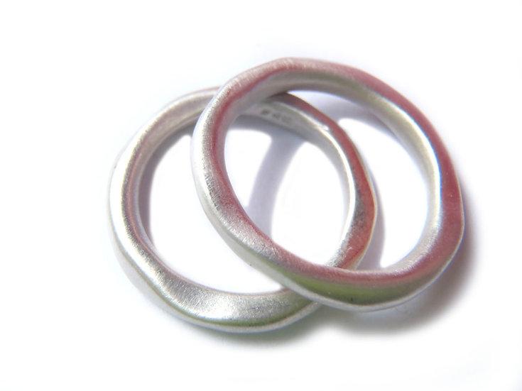 Par de anillos orgánicos apilables diseño minimalista en plata mate