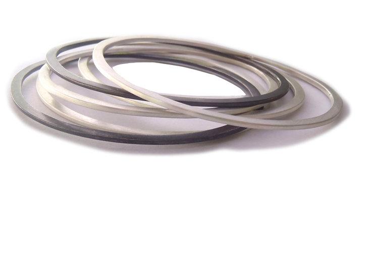 Set de brazaletes minimalistas ovales planos en plata mate y negra