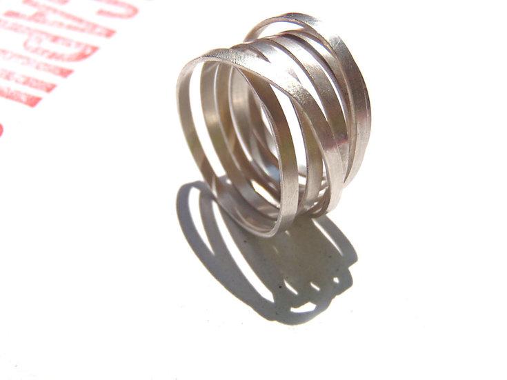 Anillo infinito listón minimalista hecho a medida en plata esterlina mate o negra