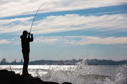 Angler spritzendes Wasser