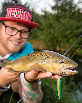 Angler mit Forelle.jpg