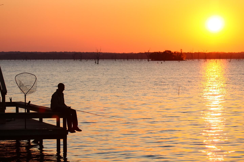 Angler im Sonnenuntergang