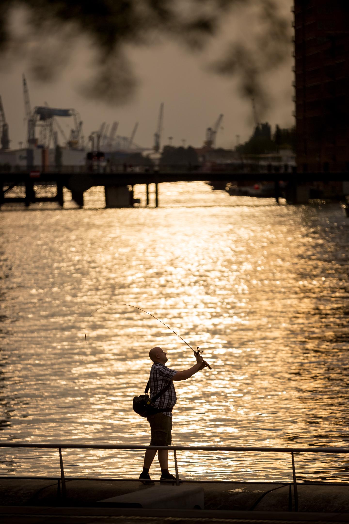 Angler im Hafen