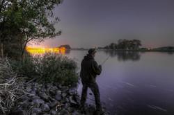 Nachts am kanal angeln
