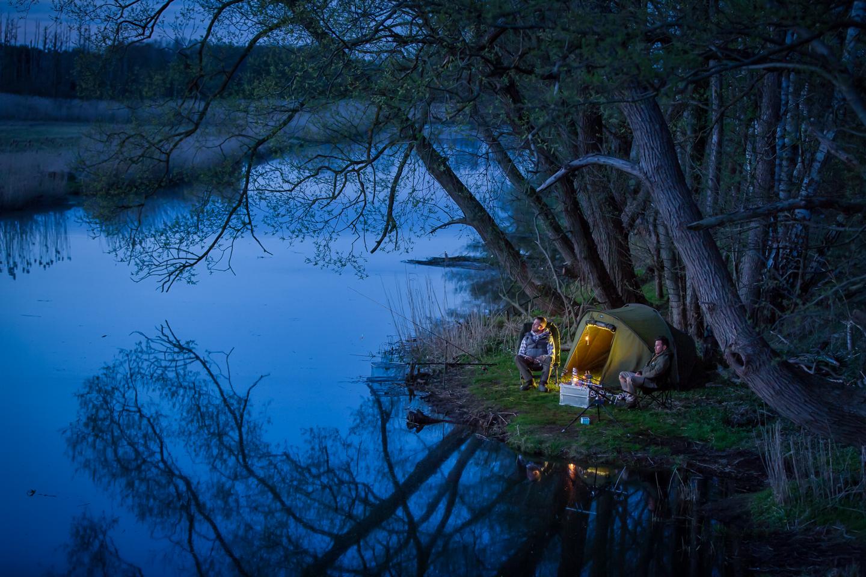 Angler beim Nachtangeln