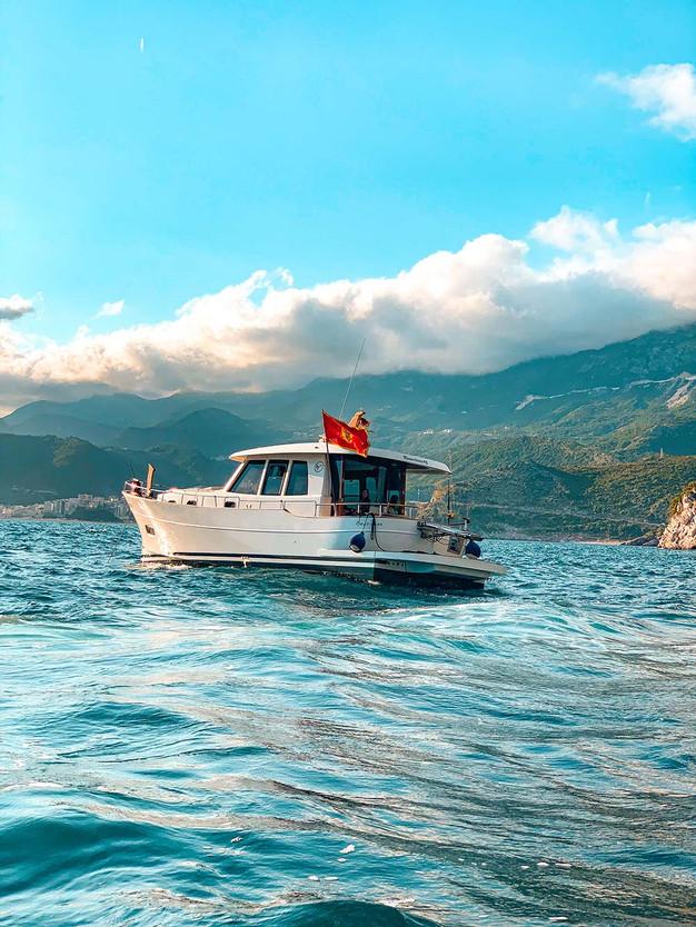 05boatflagbudca.jpg