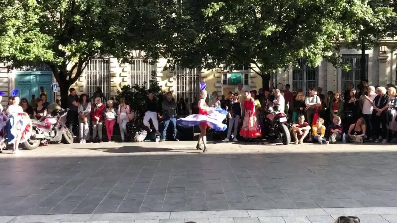 Des rémois en week-end sur Bordeaux nous ont envoyé cette vidéo d'un spectacle de danse dans la rue... On veut la même à Reims !!! 😃 Y a t'il une école de danse dans nos abonnés ? 🎵🎶🎵 French Cancan 🎵🎶🎵 🇫🇷👯🇫🇷 Ça c'est la France 🇫🇷👯🇫🇷 #Reims #Danse #Fr